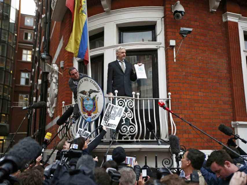 Assange, en el balcón de la embajada ecuatoriana.