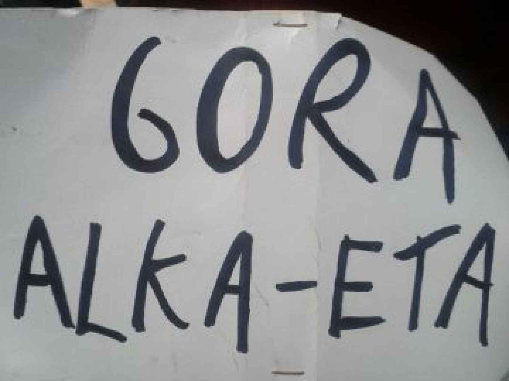 La pancarta desplegada en el escenario
