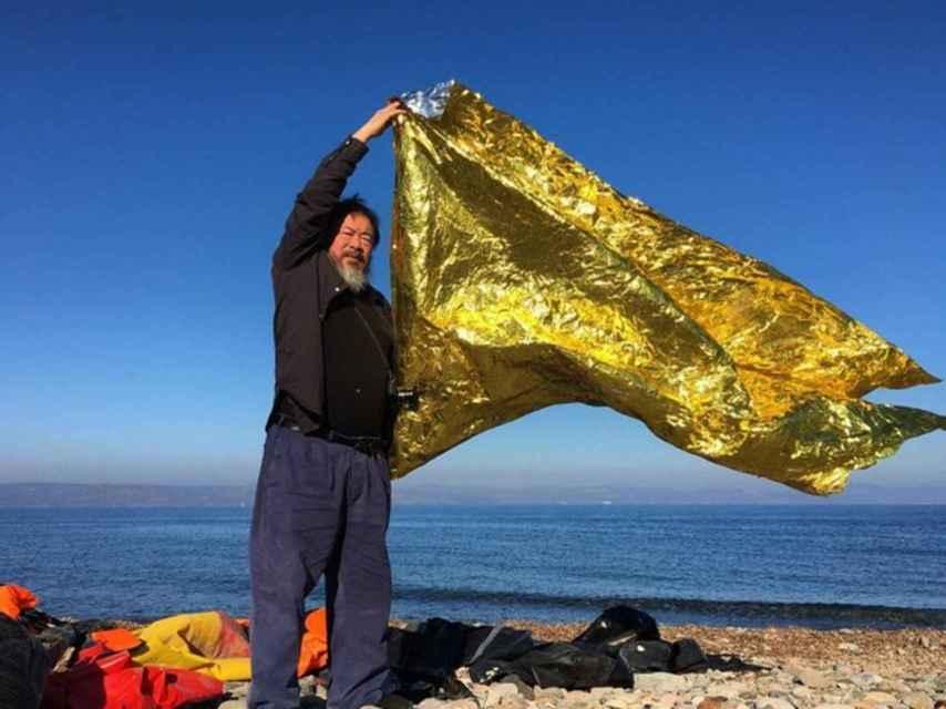 El artista chino blandiendo una manta térmica.