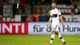 Xabi Alonso abandona el campo ante el Bayer Leverkusen.