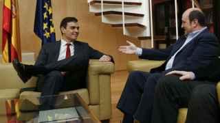 El secretario general del PSOE, Pedro Sánchez (i),y el presidente del PNV, Andoni Ortuzar (d).