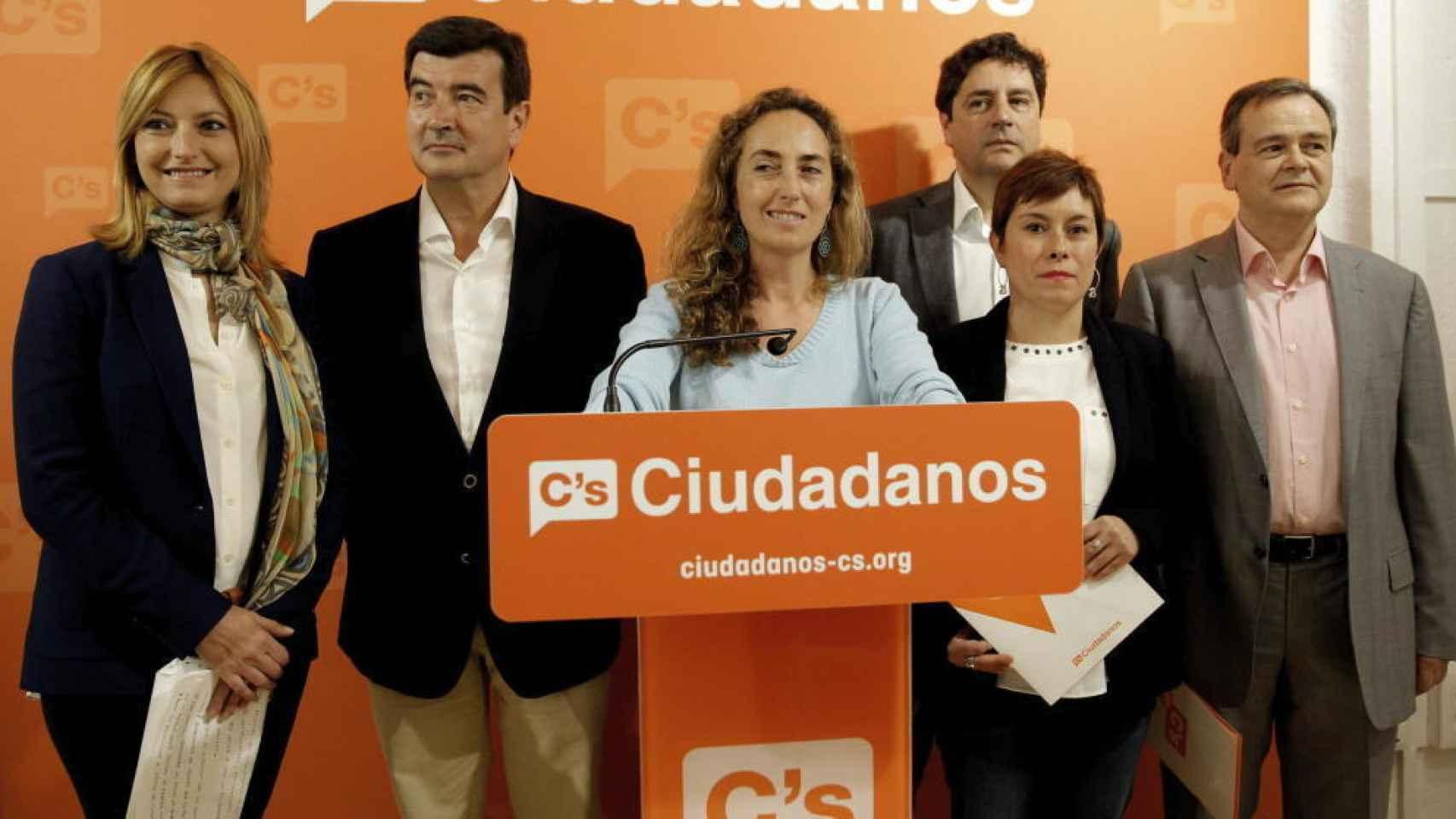 Emigdio Tormo (2d) junto a Carolina Punset (centro).