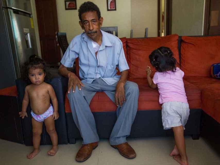 Bertoldo Martínez, junto a sus nietas.
