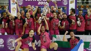 Las jugadoras del Conquero posan con el trofeo de campeonas de Copa.