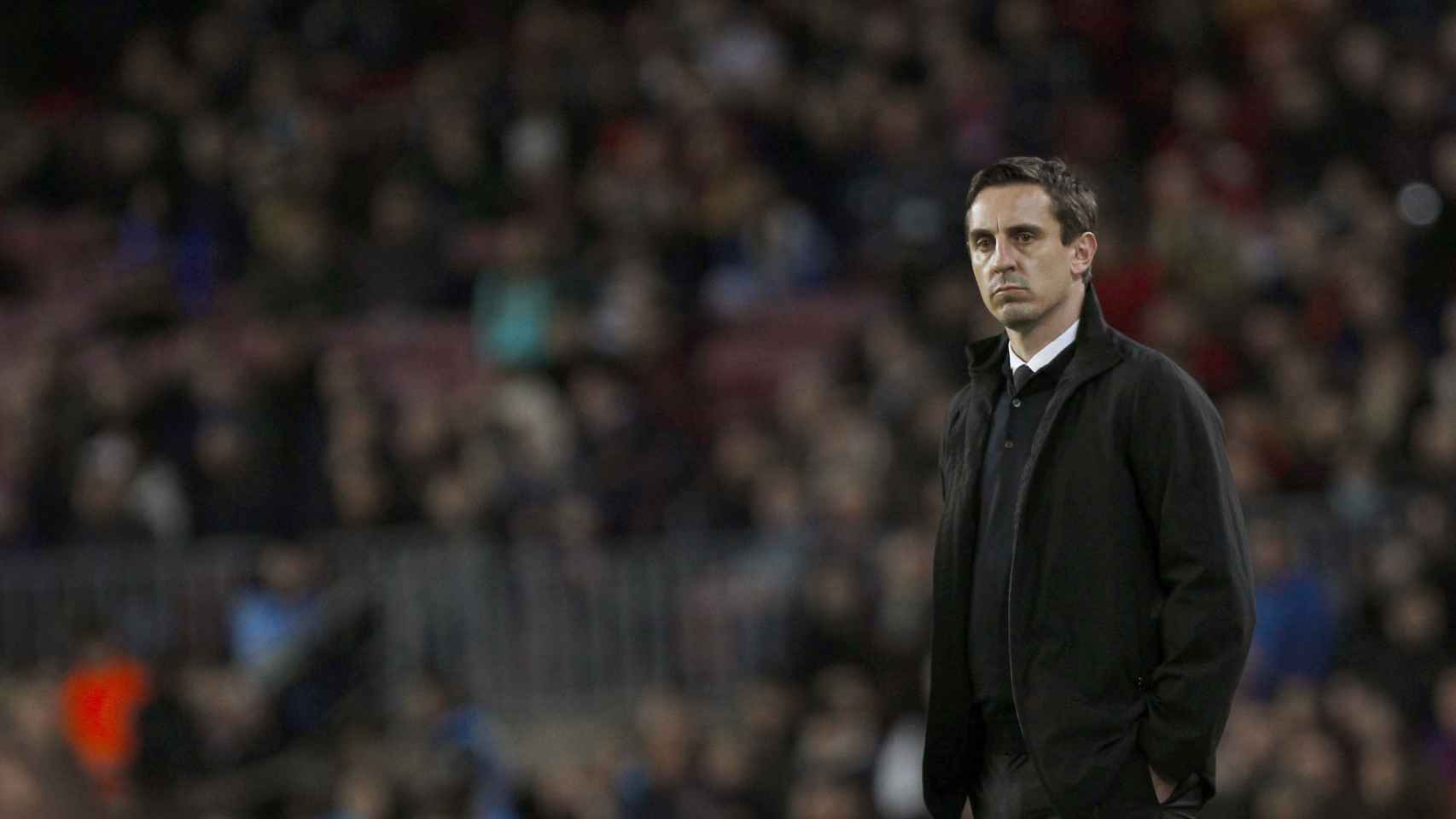 Gary Neville, en la zona técnica del Camp Nou.