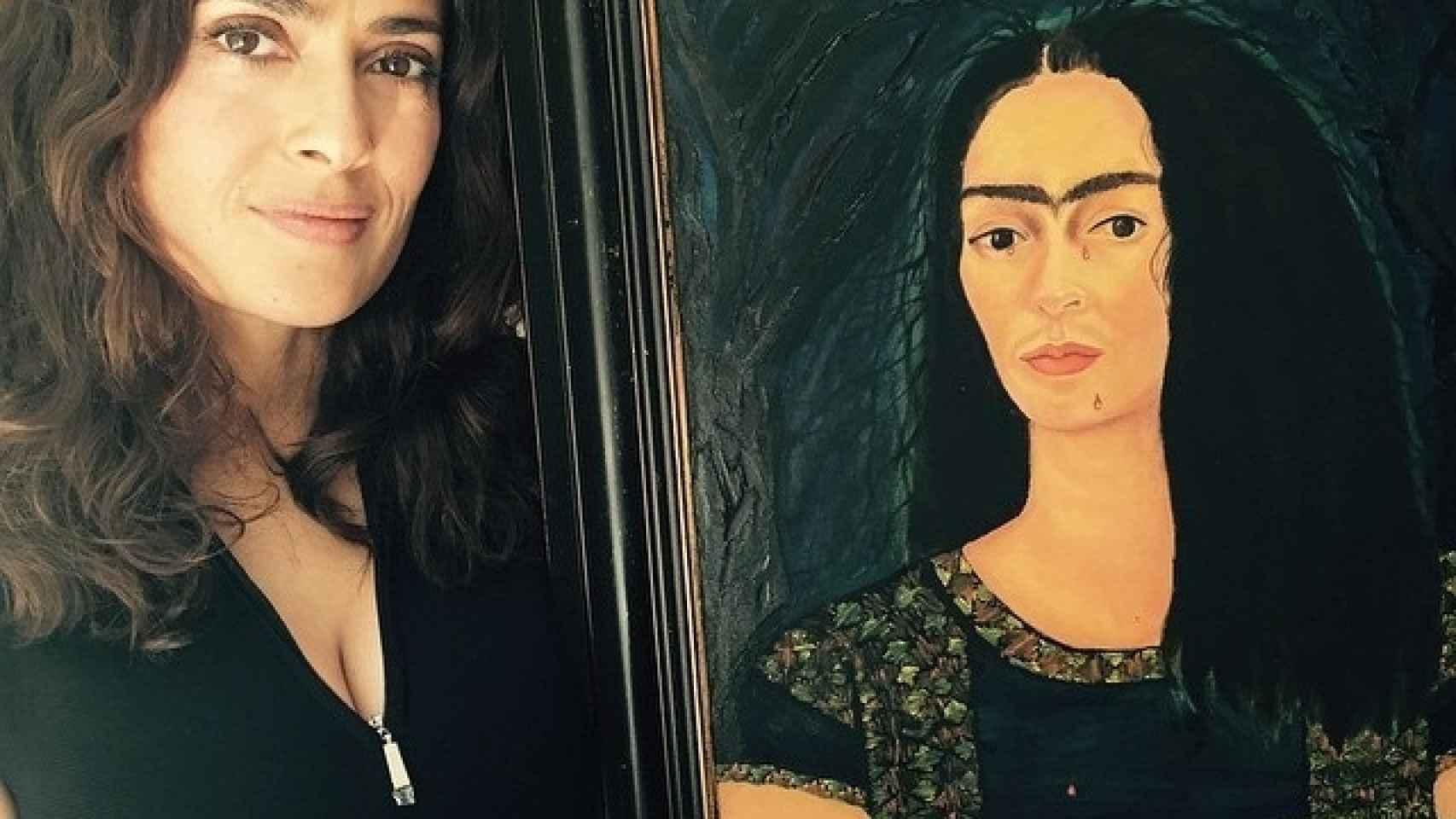 Salma Hayek posa con un cuadro, pintado por ella misma, caracterizada de Frida Kahlo
