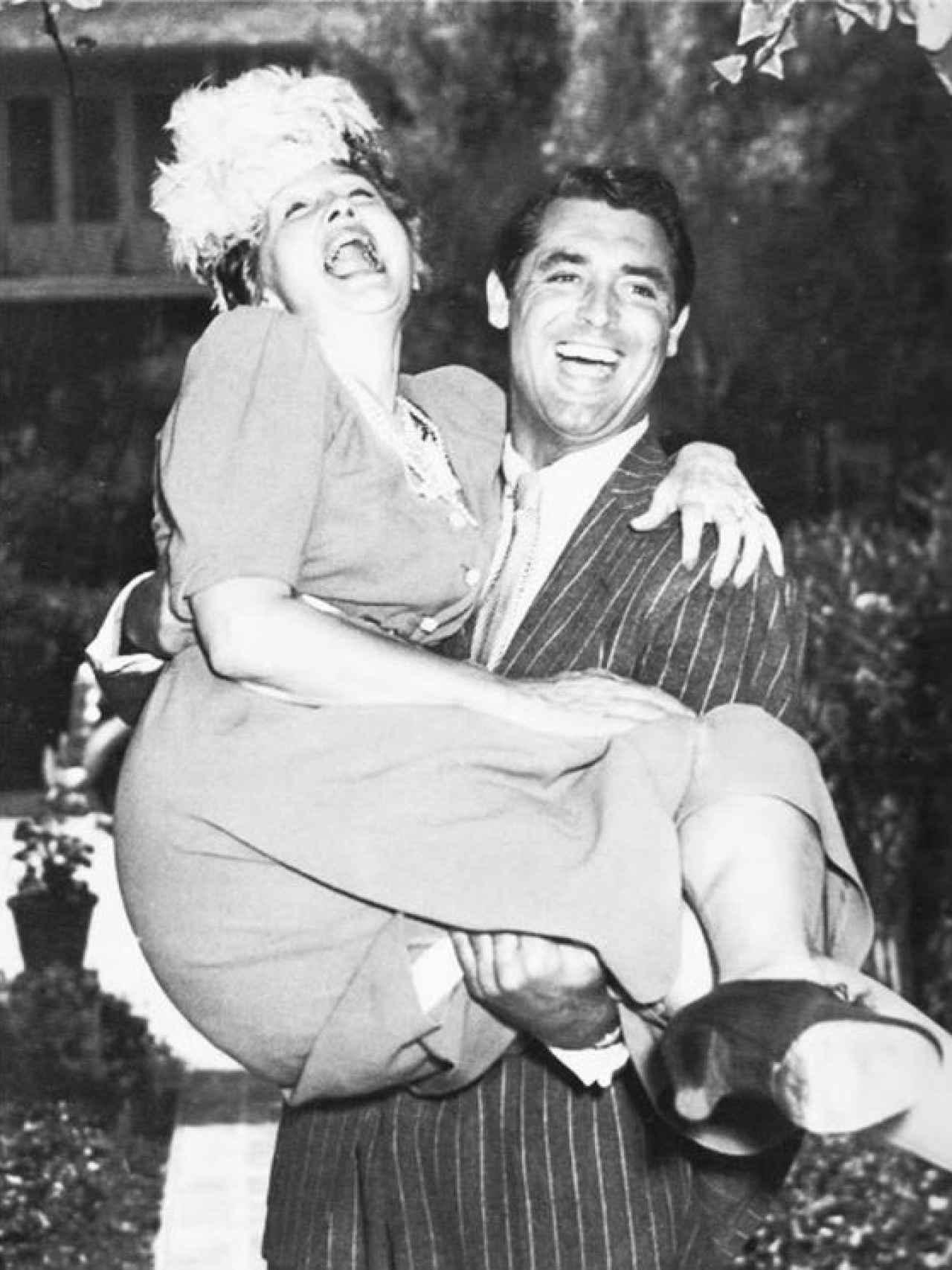 Cary Grant coge en brazos a Hopper para enseñarle su nueva casa