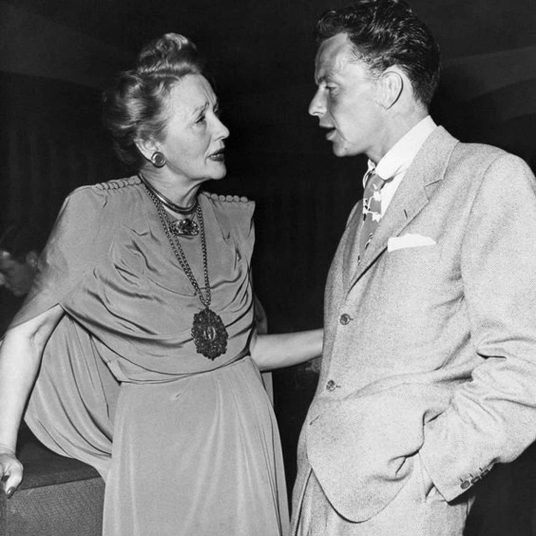 Hopper charla con Frank Sinatra