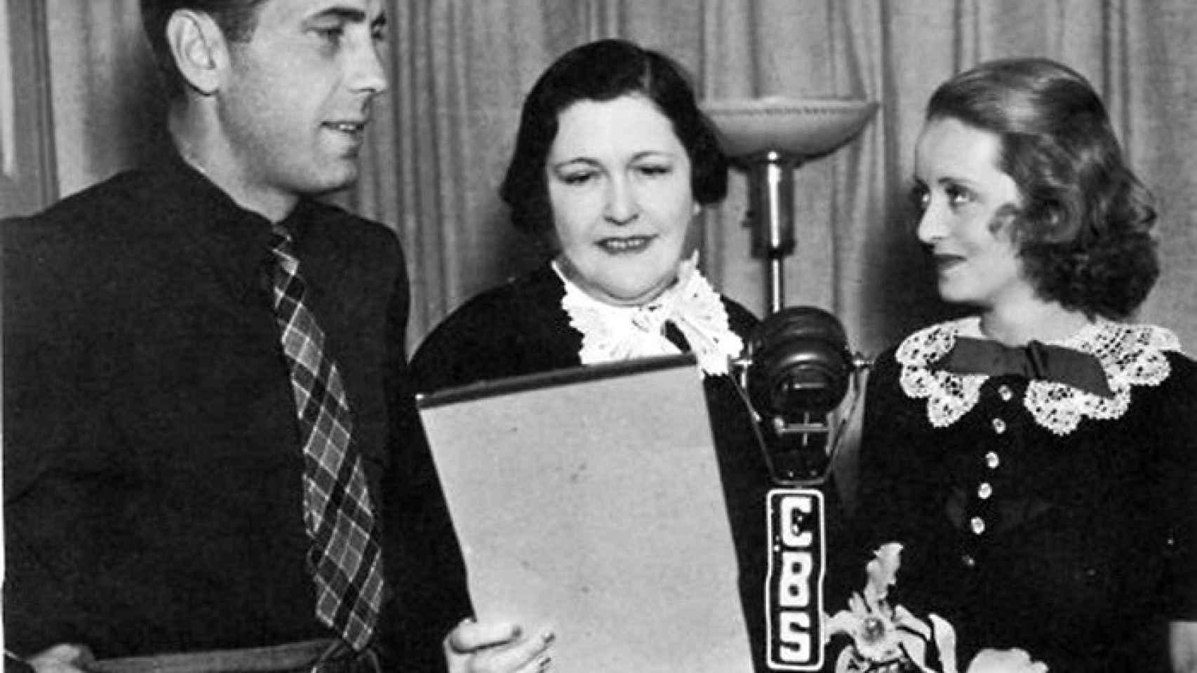 Humphrey Bogart y Bette Davis en el programa de radio de Louella Parsons