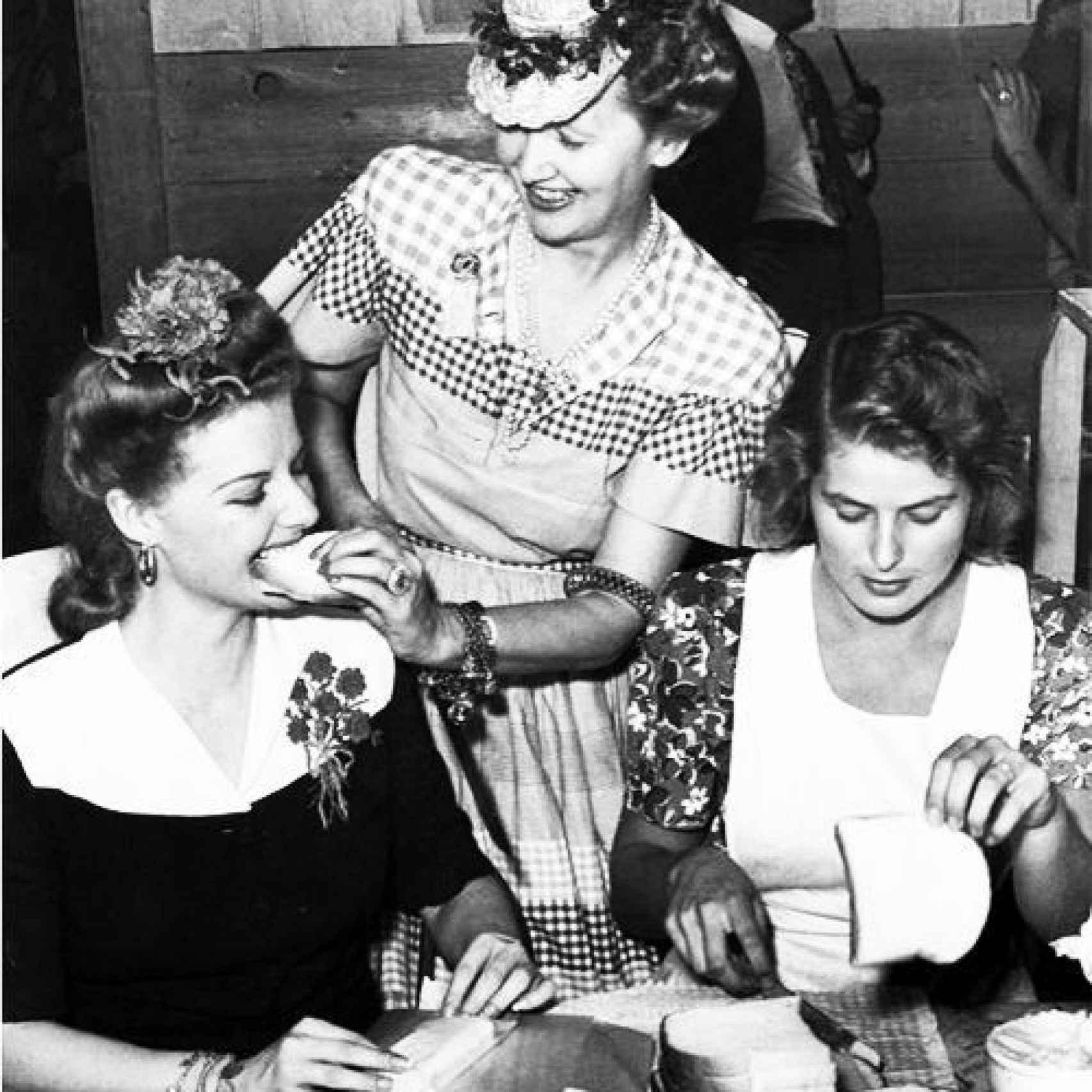 Hedda Hooper da de comer a Ingrid Bergman y Ann Sheridan