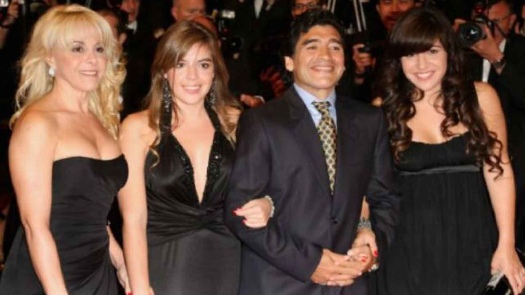 Diego junto a su ex Claudia Villafañe y sus hijas en el 93