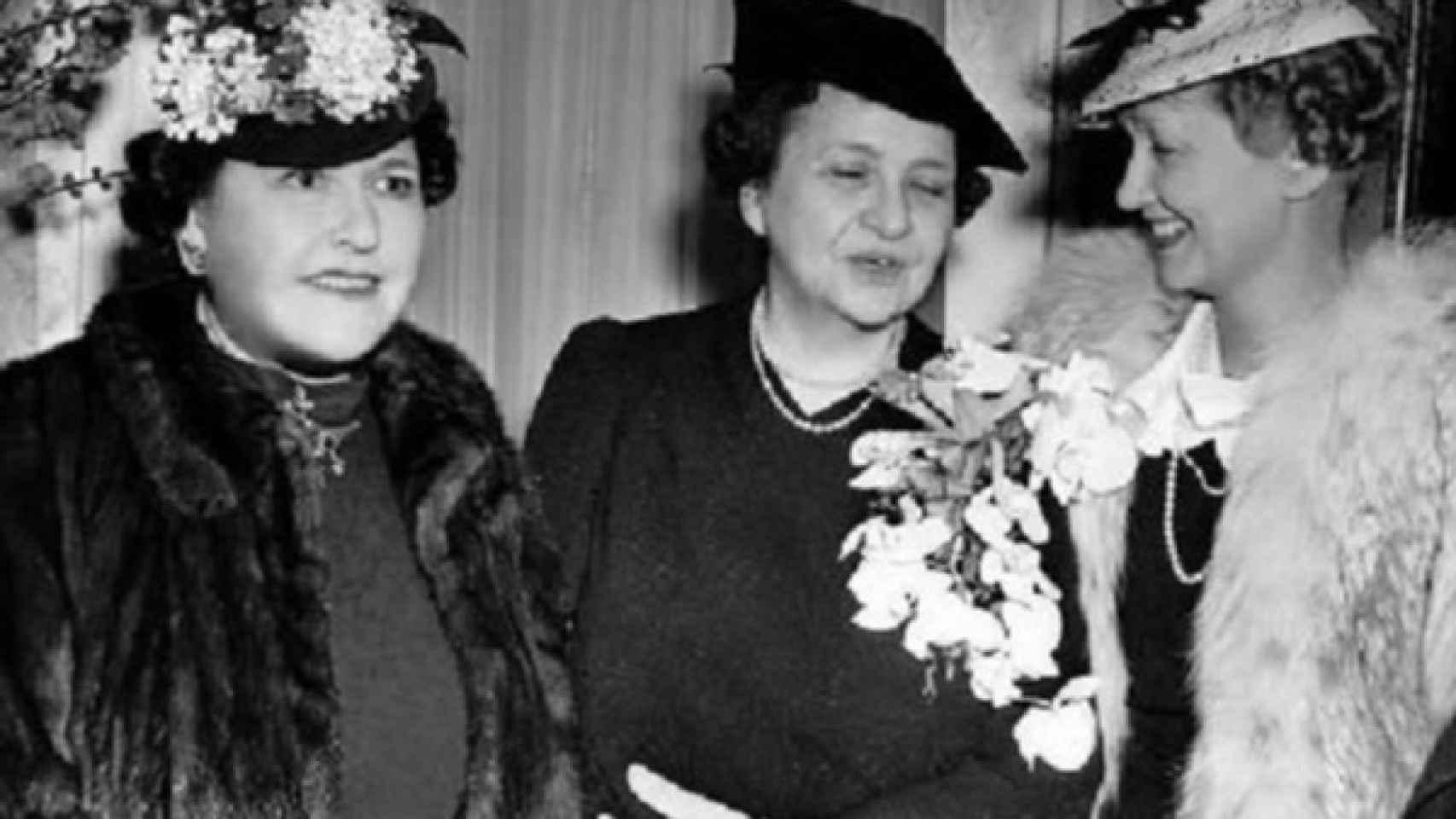 Louella Parsons (izquierda) y Hedda Hopper (derecha) rivales de columnas de cotilleo