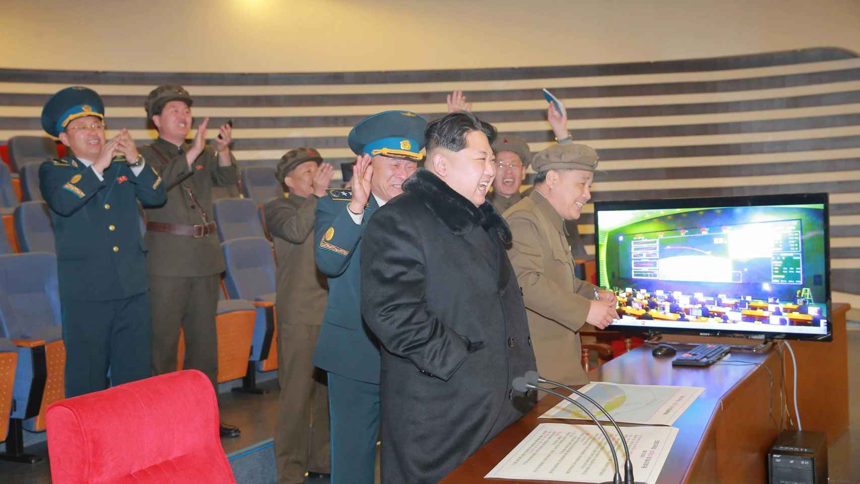 Kim Jong Un celebra el lanzamiento del cohete de largo alcance.