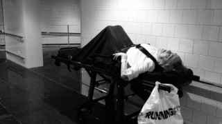 Joan Coscubiela fotografía a su madre en los pasillos del Hospital del Mar y lo sube a Twitter.