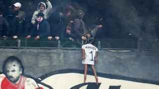 Los hinchas del AJax mostraton una figura del portero del Feyenoord ahorcado.
