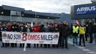 Manifestación frente a las puertas de Airbus antes del juicio.