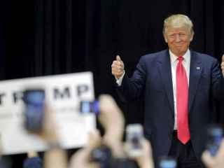 Donald Trump saluda a sus simpatizantes.