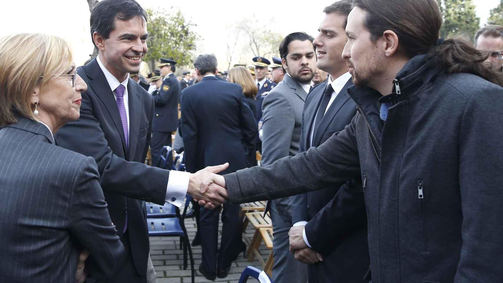 Herzog y Díez saludan a Rivera e Iglesias durante el funeral de Estado de los dos policías muertos en Kabul.