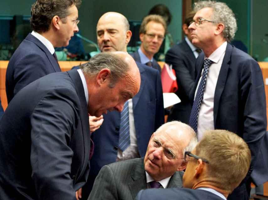 El ministro de Economía, Luis de Guindos, conversa con su homólogo alemán, Wolfgang Schäuble
