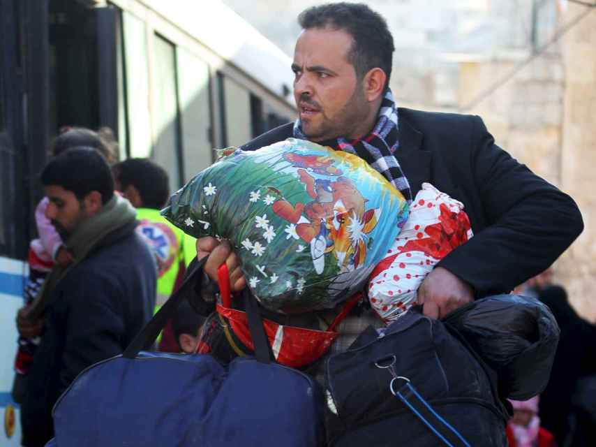 Los ciudadanos de Alepo huyen con la ayuda de autobuses.