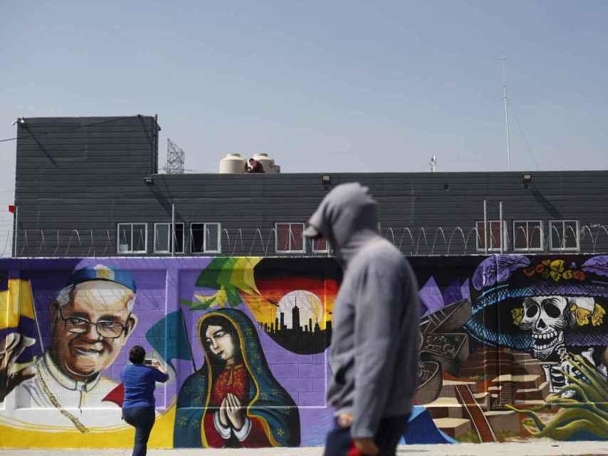 Un graffiti del Papa decora Ciudad de México.