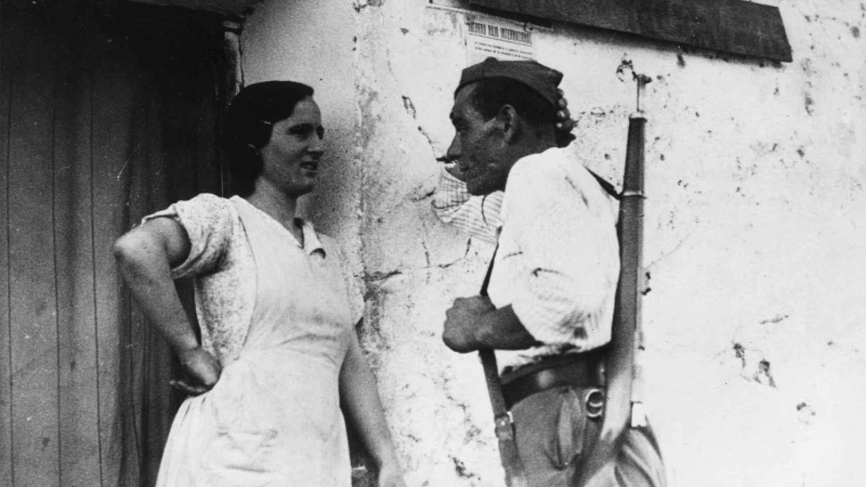 Un miliciano y una vecina, en Extremadura, durante la Guerra Civil.