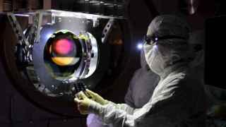Inspección de uno de los ultraprecisos láseres de LIGO.