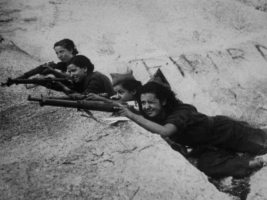 Mujeres republicanas en trinchera durante la Guerra Civil.