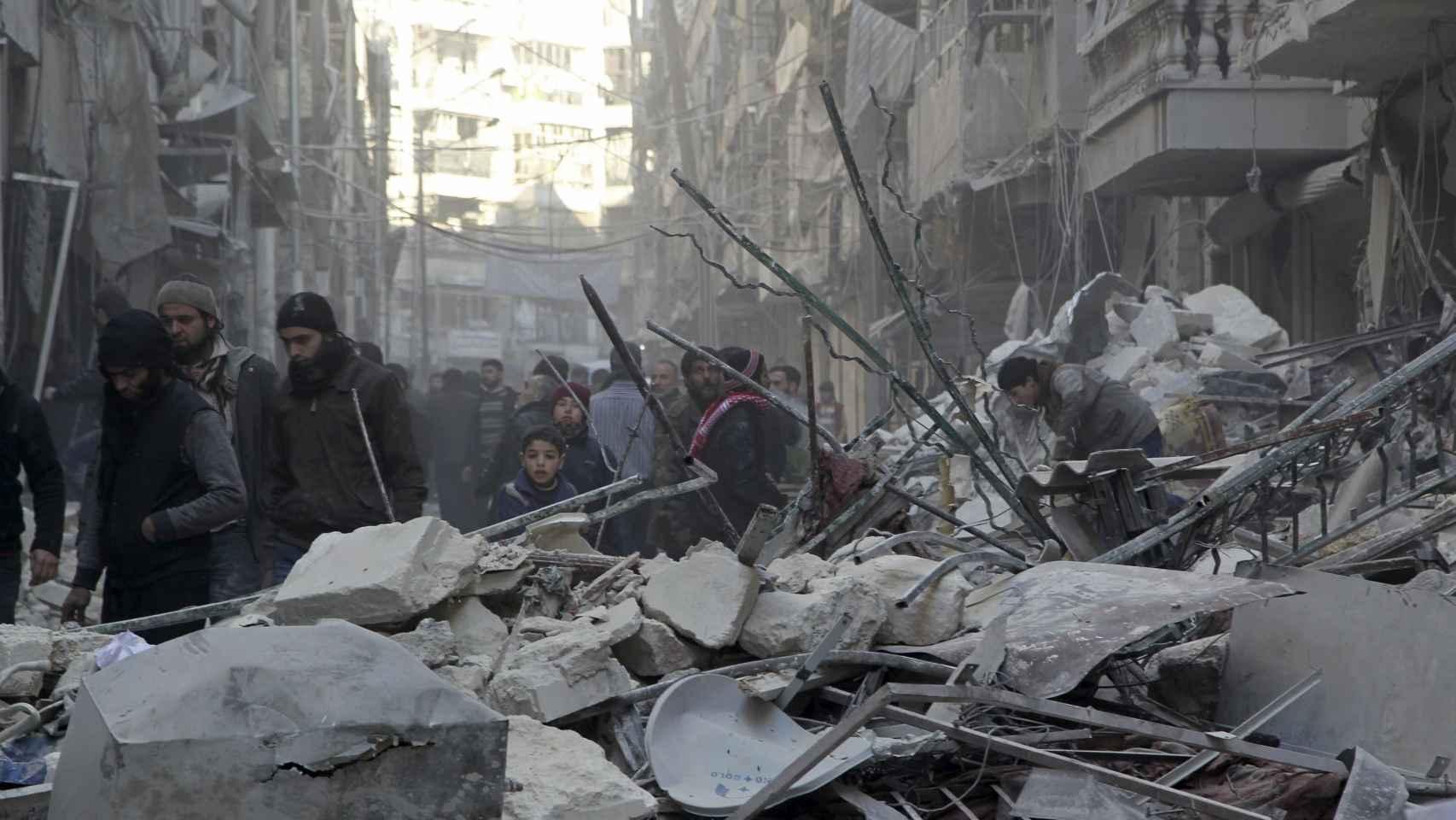 Habitantes de Alepo inspeccionan los efectos de los bombardeos.