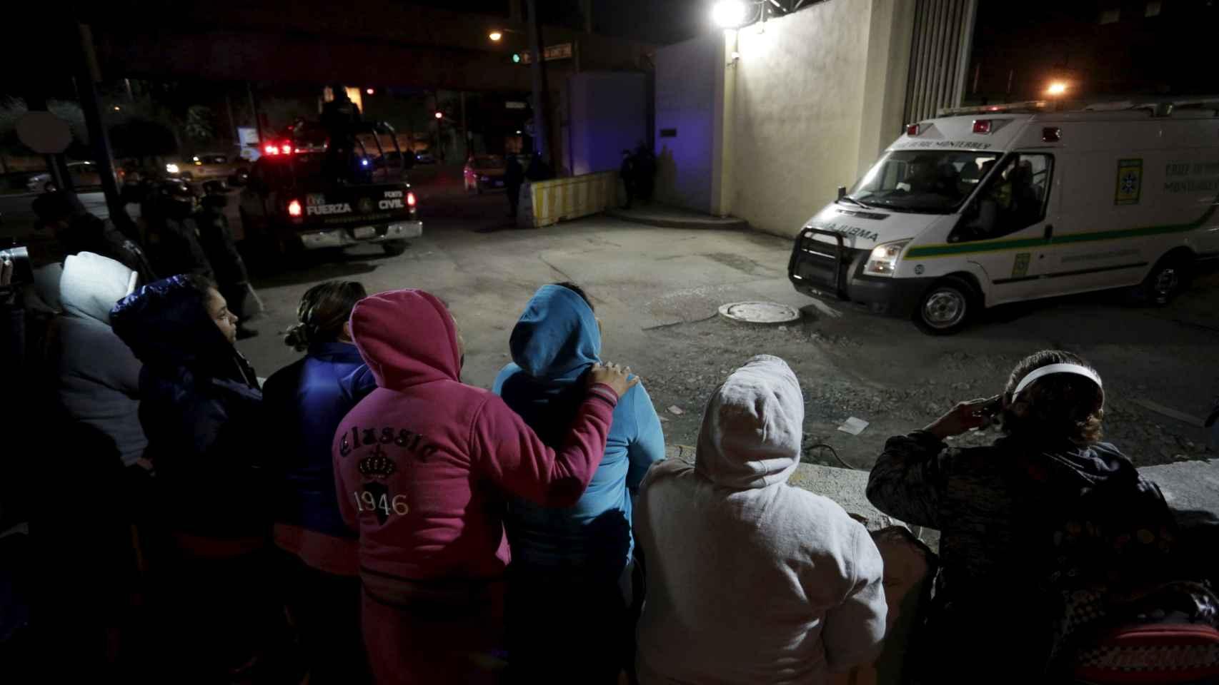 Los familiares de los presos esperan junto a la prisión de Topo Chico.