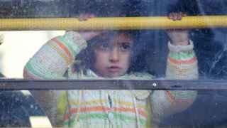 Una niña de Alepo huye en un autobús hacia Turquía.