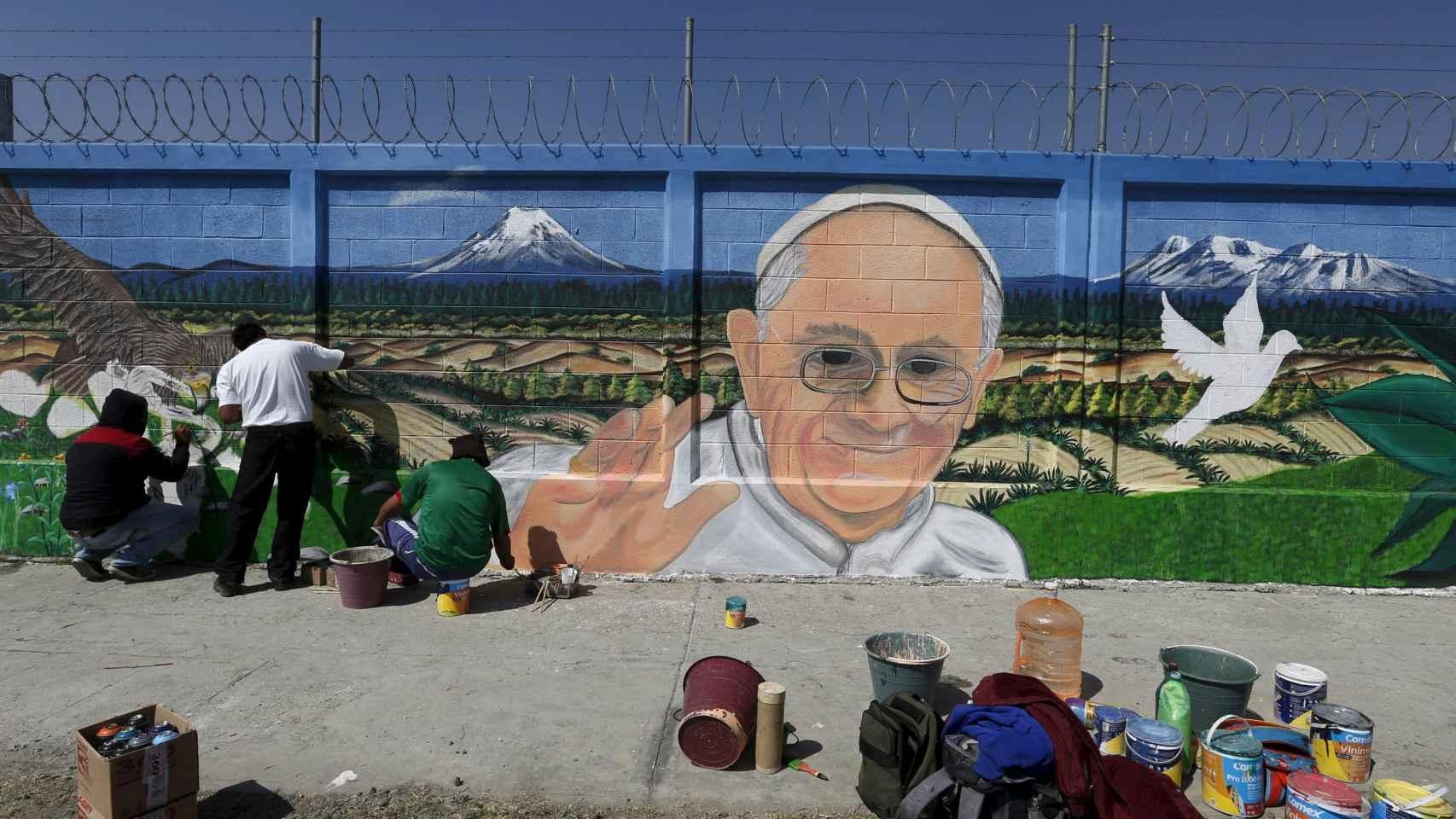 Jóvenes pintan un 'graffiti' del Papa en Ecatepec, cerca de México D.F.