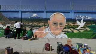 Jóvenes pintan un 'graffiti' del Papa en Ecatepec, a las afueras de México D.F.