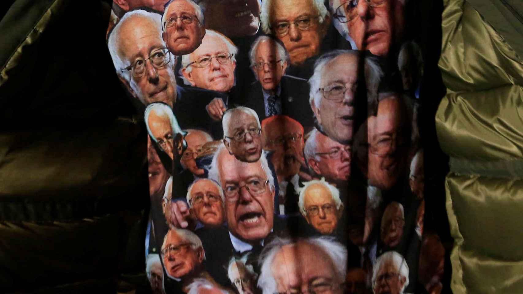 Un joven muestra una camiseta con las caras de Sanders