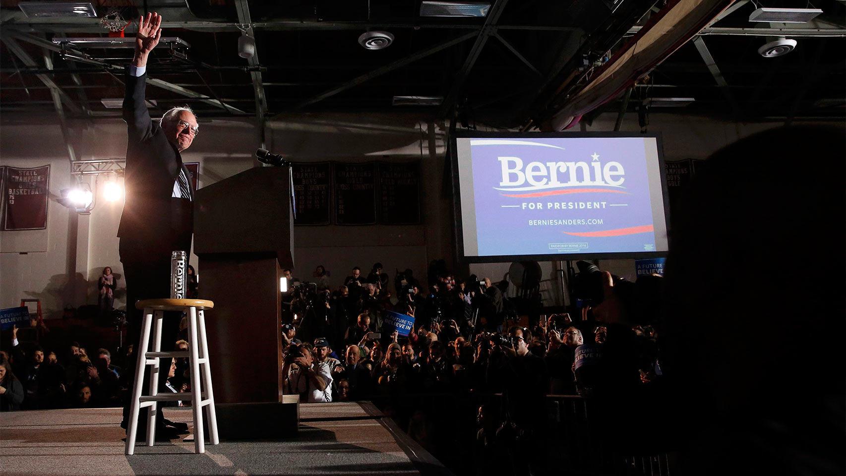 Bernie Sanders saluda a sus seguidores en un mitin en New Hampshire.