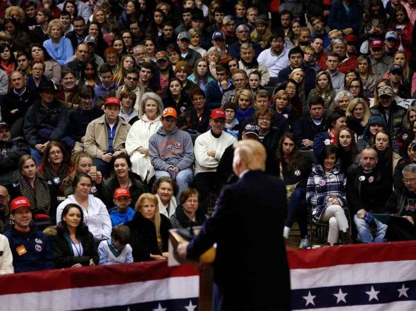 Trump se dirige a sus seguidores en una universidad de Carolina del Sur.