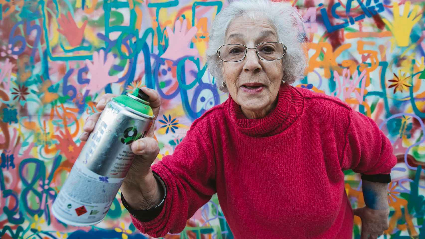 Una de las ancianas que participan en el proyecto, spray en mano