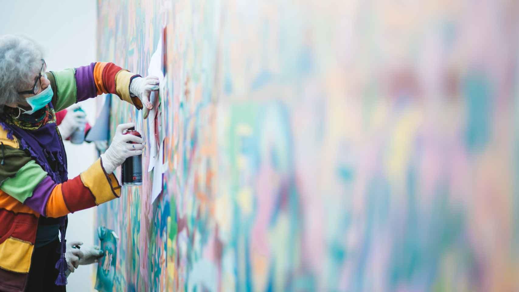 Una de las abuelas graffiteras en plena creación