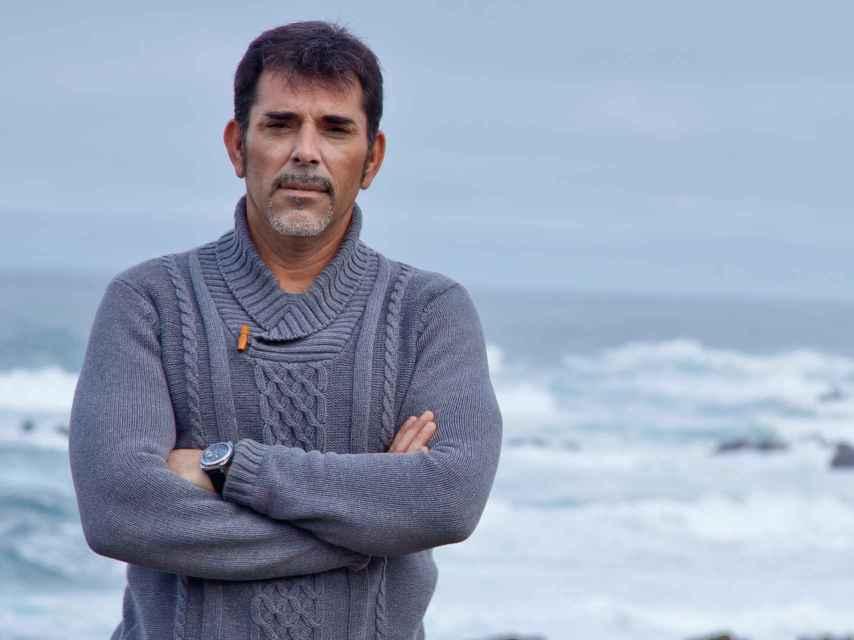 El autor Víctor del Árbol en Costa da Morte, lugar en el que se desarrolla su novela