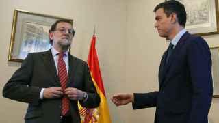 Rajoy se niega a estrechar la mano de Sánchez.