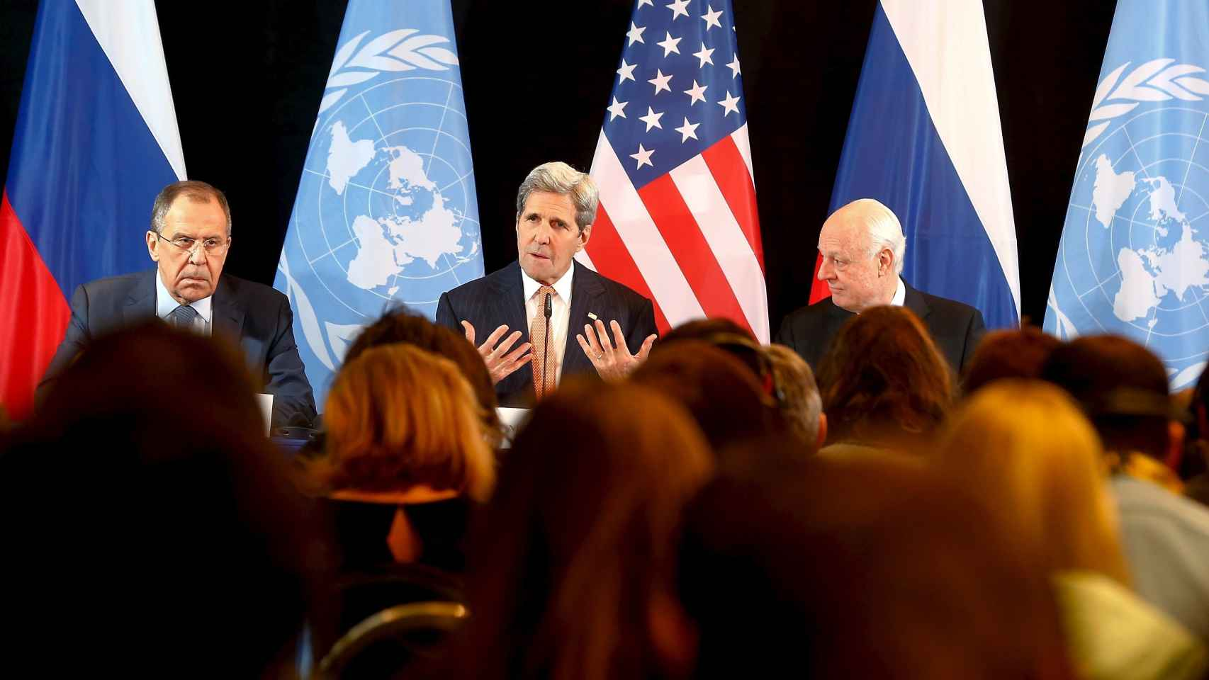 Sergei Lavrov, John Kerry y Staffan de Mistura tras la reunión sobre Siria.