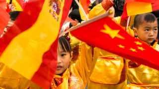 Niños chinos vestidos para el desfile
