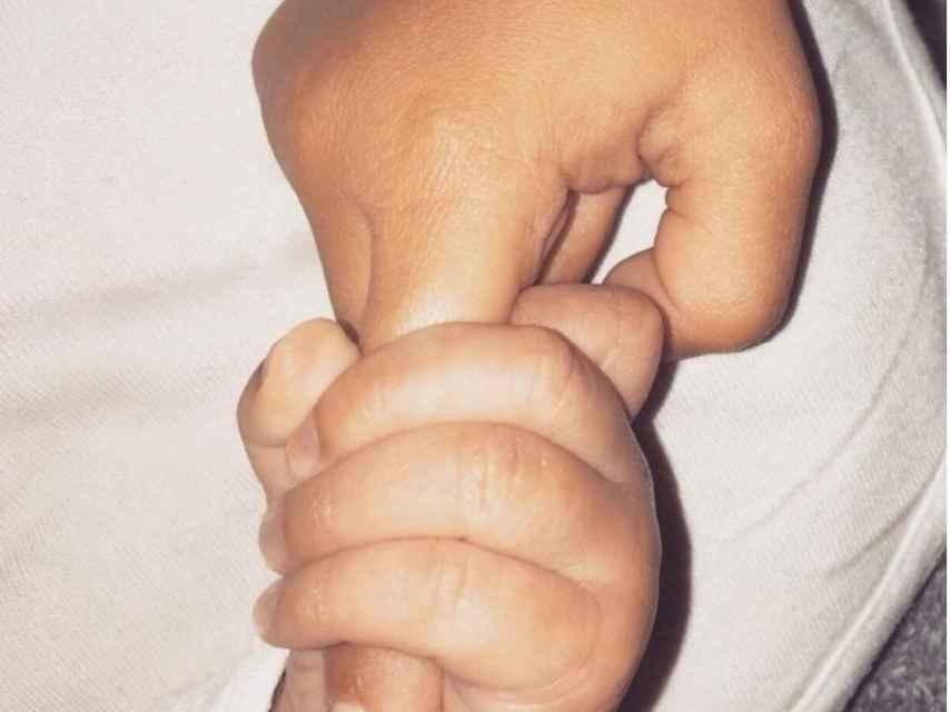Kim cogiéndole el dedo a su hijo Saint. De momento, es la única imagen que hay del pequeño