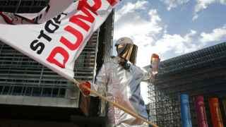 Un trabajador del acero se manifiesta ante la sede de la Comisión Europea