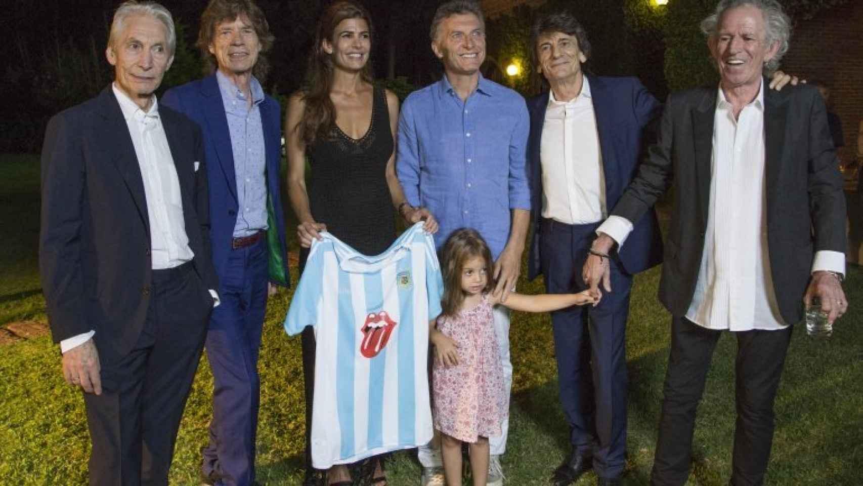 Juliana Awada, su pequeña hija Antonia y Macri junto a Ronnie Wood, Mick Jagger, Charlie Watts y Keith Richards.