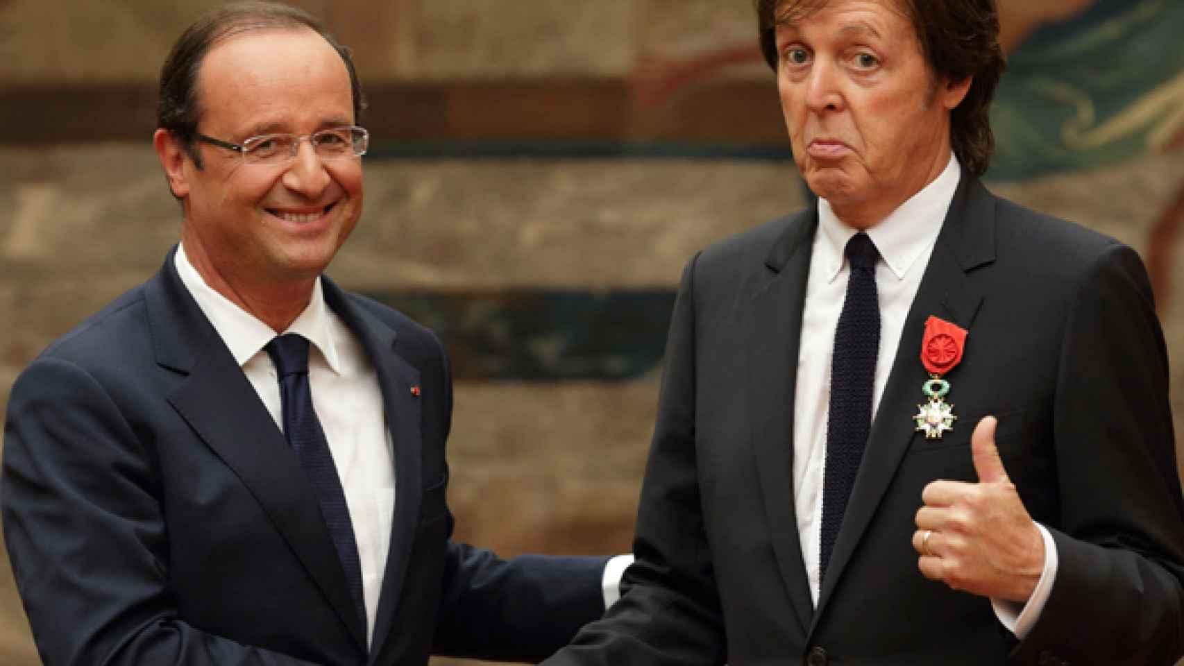 Hollande con Paul McCartney durante la entrega de la condecoración en el Elíseo