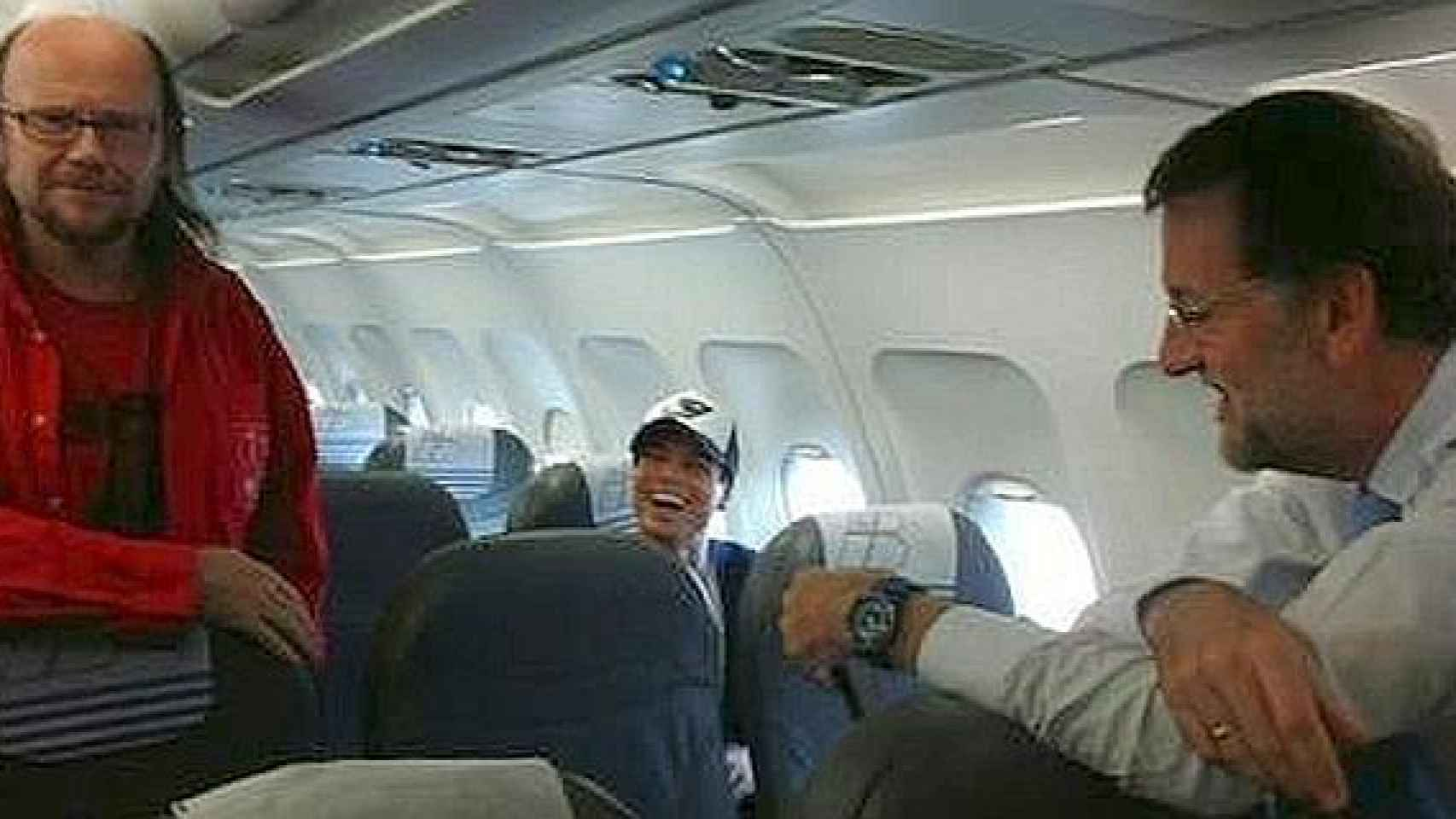 Mariano Rajoy con Santiago Segura y Enrique Iglesias en un vuelo Barcelona-Madrid