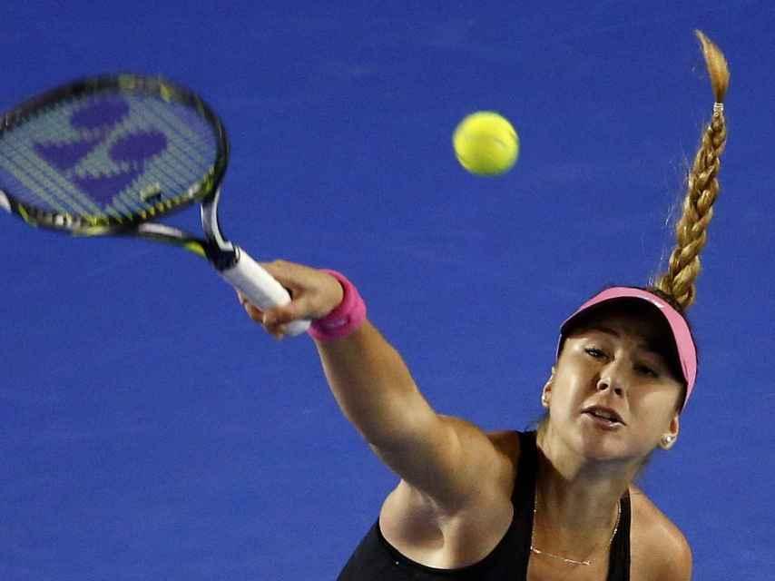 Belinda Bencic golpea la pelota.