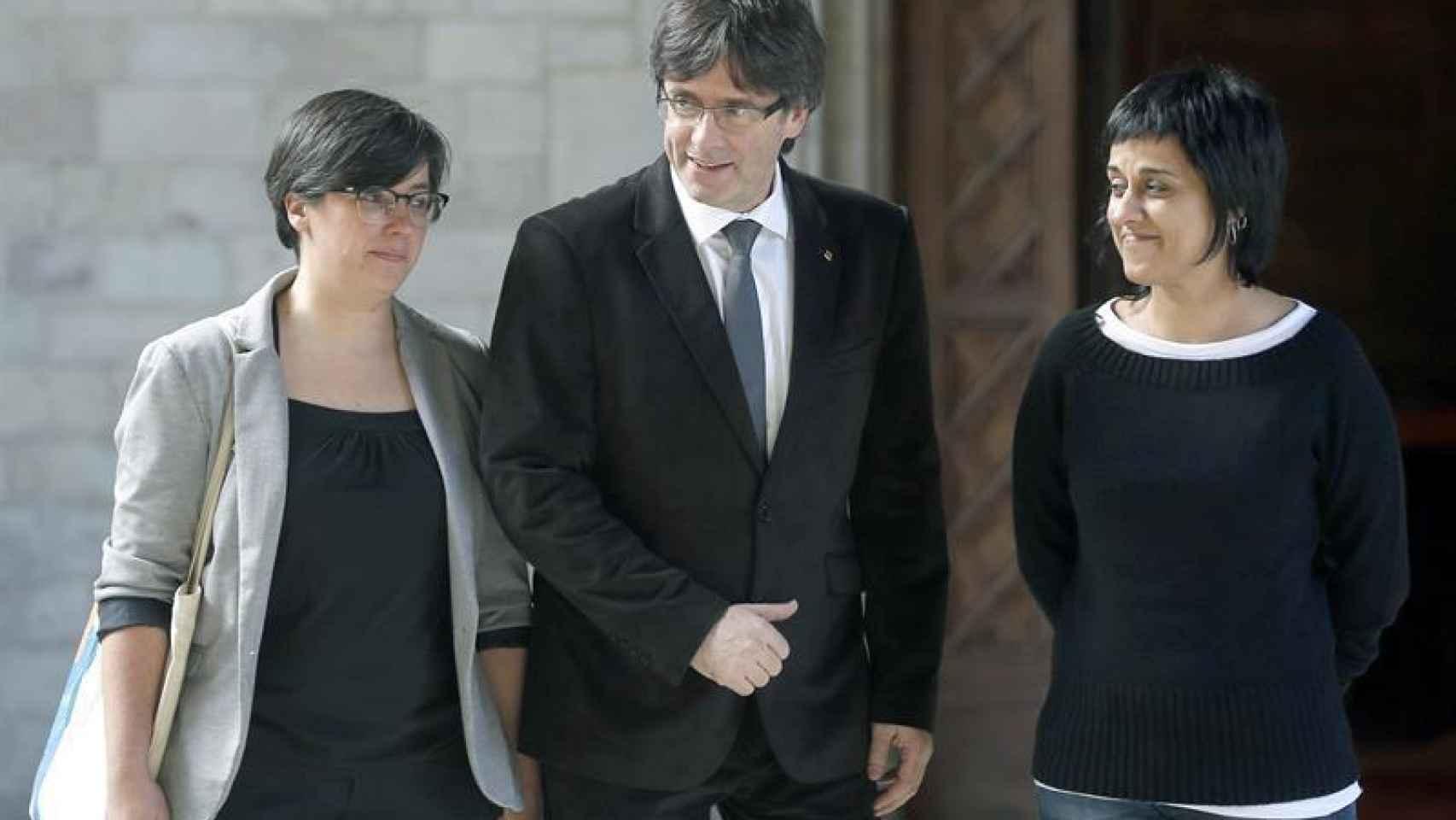 Puigdemont, junto a las representantes de la CUP, Mireia Boya y Anna Gabriel.