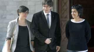 El presidente de la Generalitat, Crales Puigdemont, junto a las representantes de la CUP, Mireia Boya y Anna Gabriel.